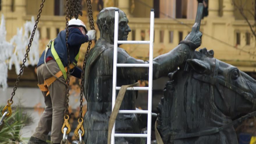 Un operario trabaja en la retirada de la estatua de Franco en Santander. | Joaquín Gómez Sastre