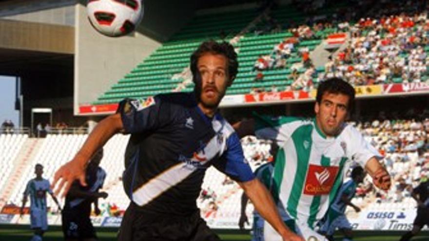 Los jugadores disputan un balón. (ACFI PRESS)