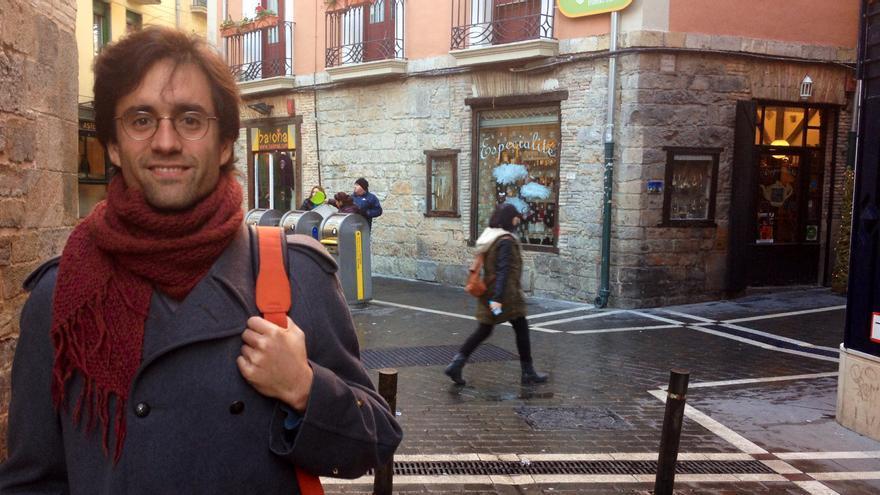 El secretario general de Podemos en Pamplona, en el Casco Viejo.