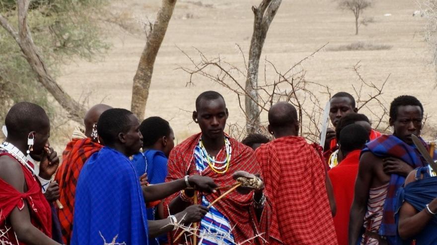 El momento del reparto de la carne en una ceremonia masai / Foto: 'udare.es'.