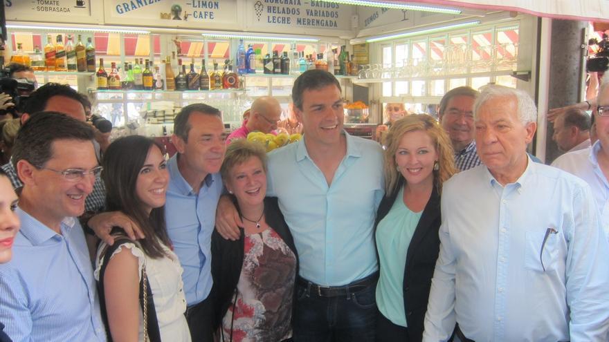 Pedro Sánchez visita la ciudad de Almería arropado por simpatizantes