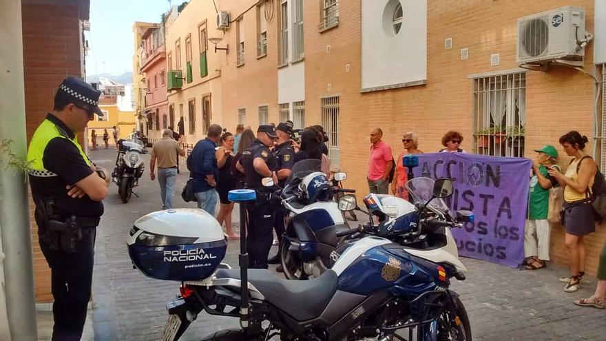 Vecinos y activistas, junto a la vivienda donde se ha producido el desahucio