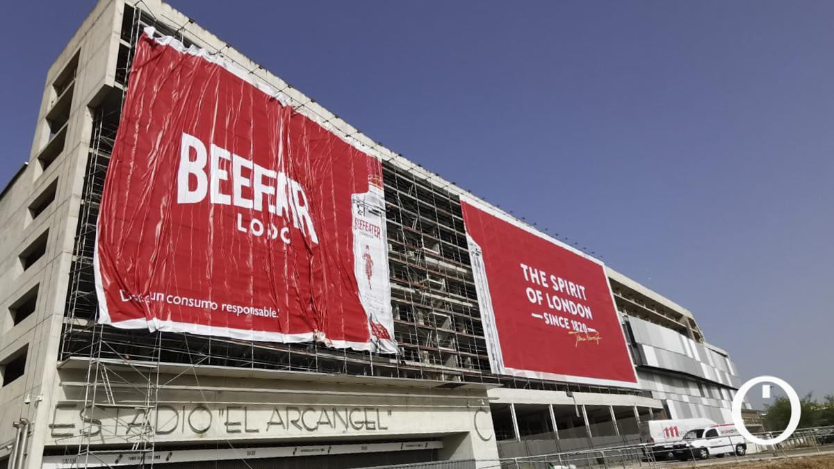 Lona publicitaria del Estadio 'El Arcángel'