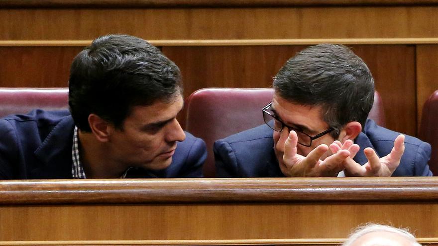 Pedro Sánchez hablando con Patxi López en el Congreso durante la primera jornada de investidura este miércoles 26 de octubre