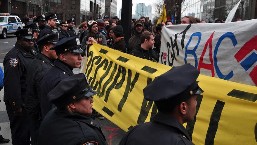 La policía impide a los manifestantes de Occupy Wall Street acercarse a la sede del Bank of America en marzo de 2012. Foto: Flickr de Michael Fleshman