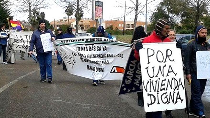 En la protesta las cuatro madres desahuciadas han estado arropadas por Campamentos Dignidad y la PAH, entre otros colectivos
