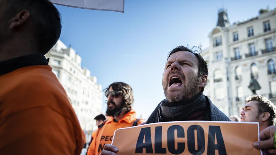 Trabajadores de Alcoa se manifiestan a las puertas del Congreso de los Diputados en el último día de negociación del ERE, este 15 de enero de 2019.