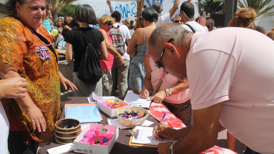Recogida de firmas a favor de la manifestación por una Sanidad Digna en Fuerteventura