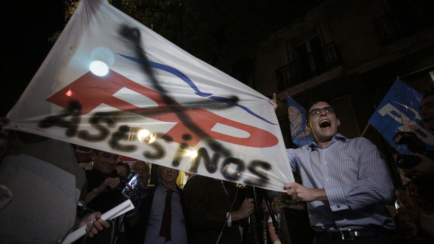Las acusaciones contra el PP, en las pancartas de los que rechazan el fin de la reforma del aborto / Olmo Calvo