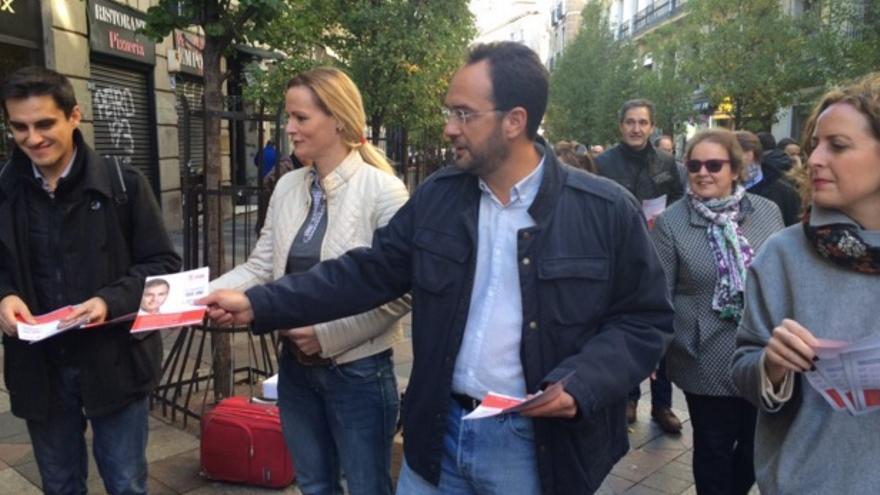 Antonio Hernando y Zaida Cantera en un reparto de propaganda electoral / Foto: PSOE