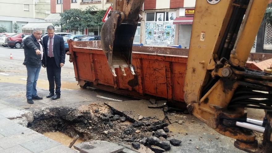 La rotura de una tubería de agua de la red general deja sin suministro a 150 viviendas