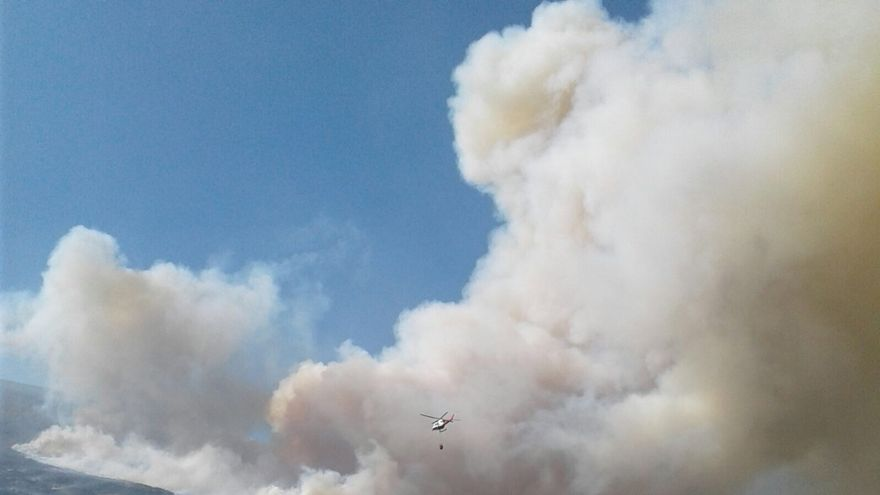 (Ampl) Permanece activo el incendio forestal en la Hermandad de Campoo de Suso y norte de Palencia