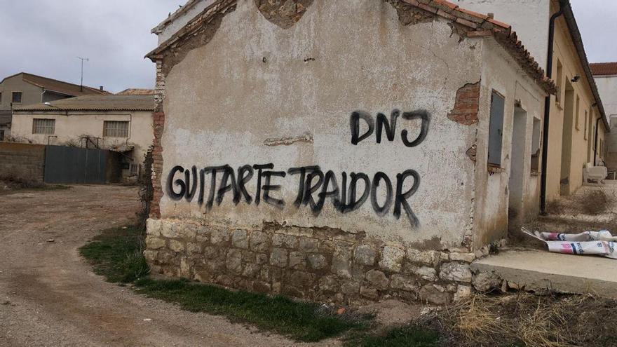 Pintada contra Tomás Guitarte, diputado de Teruel Existe
