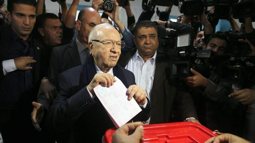 Los colegios electorales abren en Túnez para las presidenciales