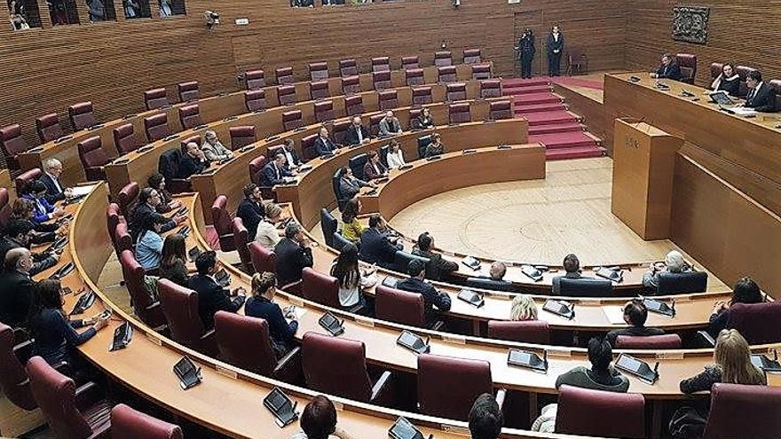 Diputados y senadores valencianos reunidos en las Corts con el presidente de la cámara, Enric Morera