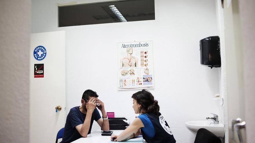 Foto de archivo de una de las consultas realizadas por un migrante en situación irregular ante los efectos de la reforma sanitaria del PP| Alessandro Grassani/ Médicos del Mundo.