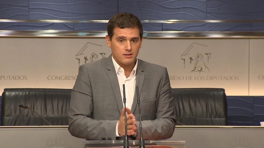 """Rivera dice al PSOE que Rajoy está """"encantado con el bloqueo"""", porque le va mejor que con un Parlamento que le controle"""