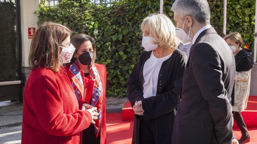 El ministro del Interior, Fernando Grande-Marlaska, conversa con la viuda de Alfredo Pérez Rubalcaba en un acto que ha contado con la presencia de la ministra Margarita Robles y la dirigente socialista Adriana Lastra