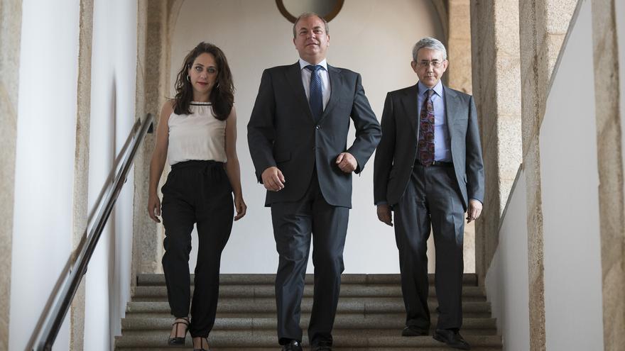 Monago, con el consejero de Hacienda y Administración Pública, Clemente Checa; y la consejera de Empleo, Mujer y Política Social, María Ángeles Muñoz / GobEx