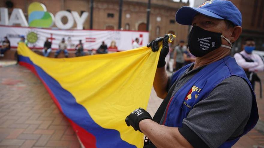 Personas con tapabocas fueron registradas este jueves, durante una manifestación liderada por la Federación Colombiana de Trabajadores de la Educación (Fecode) contra el Gobierno de Iván Duque, para exigir más recursos para la salud y la aprobación de una renta básica para los trabajadores en plena crisis por la COVID-19, en Cali (Colombia).