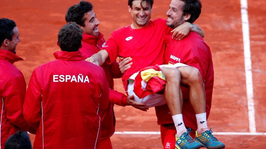 David Ferrer manteado por sus compañeros tras ganar el punto definitivo