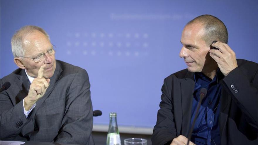 Schäuble insiste en que Grecia tiene que seguir cooperando con la troika