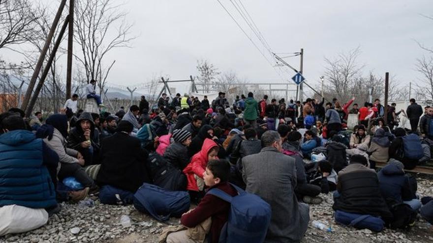 Hombres, mujeres y niños esperan en el campo de Idomeni tras el cierre de la frontera
