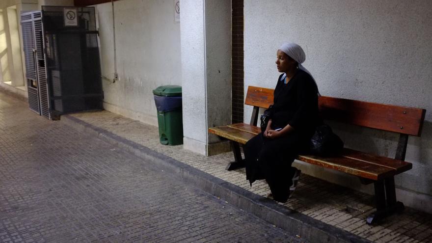 Mujer marroquí embarazada después de ser agredida por su ex pareja, en el exterior del Hospital Comarcal de Melilla . / José Palazón.