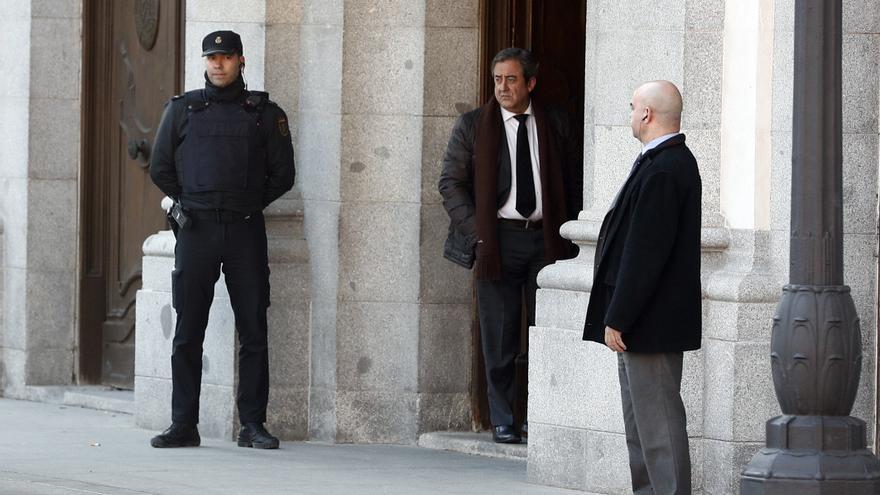El fiscal Javier Zaragoza se asoma a las puertas del Tribunal Supremo antes del inicio de la sesión del miércoles.