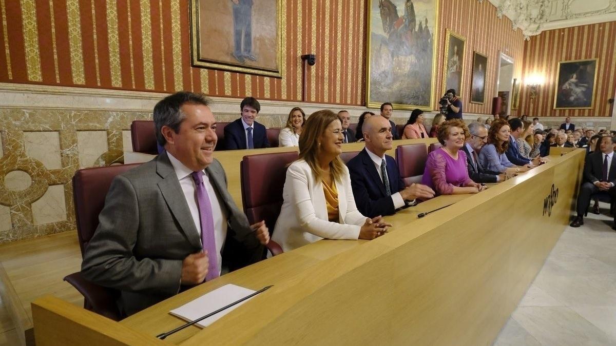 Espadas junto a su equipo de gobierno en el salón de plenos del Ayuntamiento de Sevilla.