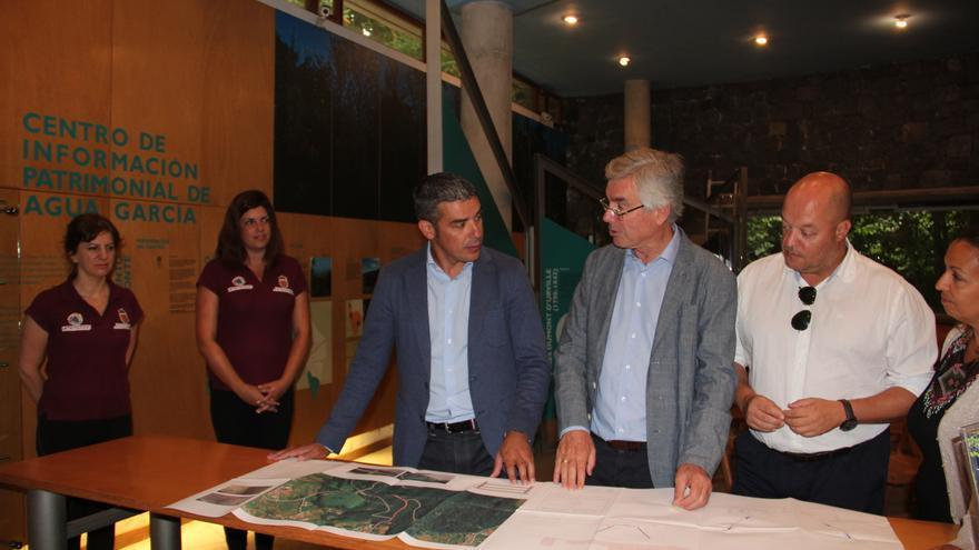 Narvay Quintero, consejero de Agricultura, junto a Álvaro Dávila (centro), alcalde de Tacoronte, en al cita de este jueves