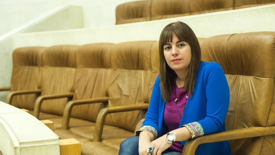 Silvia Abascal (PSOE) en su escaño en el hemiciclo del Parlamento de Cantabria.   JOAQUÍN GÓMEZ SASTRE