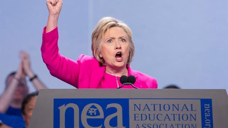 Washington Post dice que Clinton no cometió delito pero debe tener cuidado