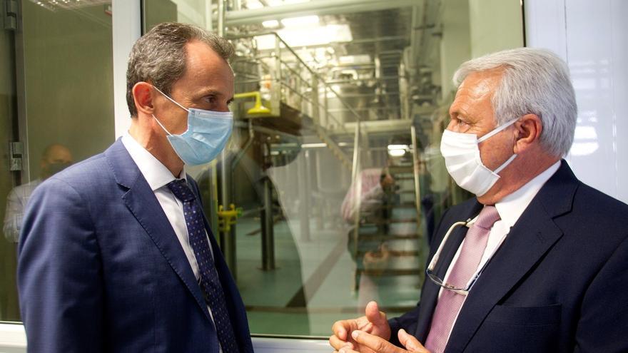 El ministro de Ciencia e Innovación, Pedro Luque (i), conversa con el presidente del Grupo CZ Vaccines, Esteban Rodríguez, durante su visita este miércoles a la empresa CZ Vacinnes situada en O Porriño, donde se investiga una vacuna para tratar el Coronavirus.