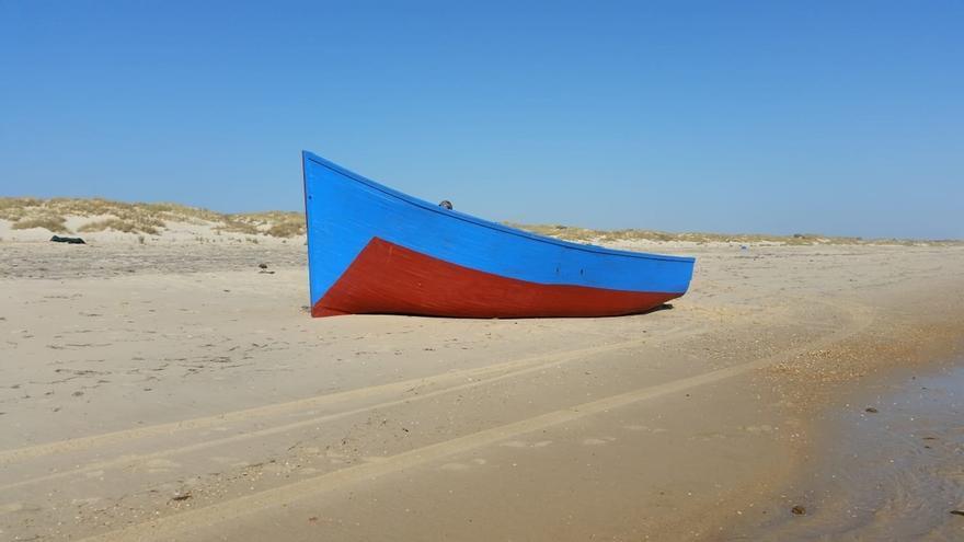 Localizados cuatro inmigrantes tras la llegada de una patera a una playa de Doñana