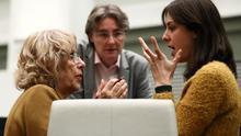 La exalcaldesa de Madrid, Manuela Carmena, conversa con Rita Maestre, en presencia de Marta Higueras, poco antes de un pleno del Ayuntamiento de Madrid, en una foto de archivo.