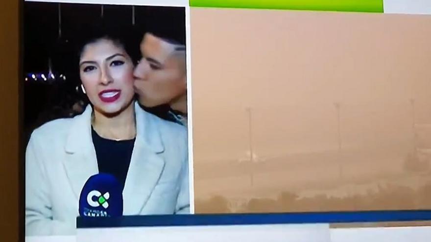La periodista Raquel Guillán sufre una agresión machista en directo.