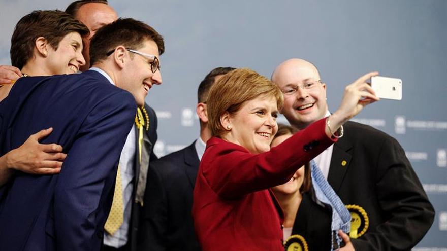 """Sturgeon exige a May que abandone sus planes de negociar un """"brexit"""" duro"""