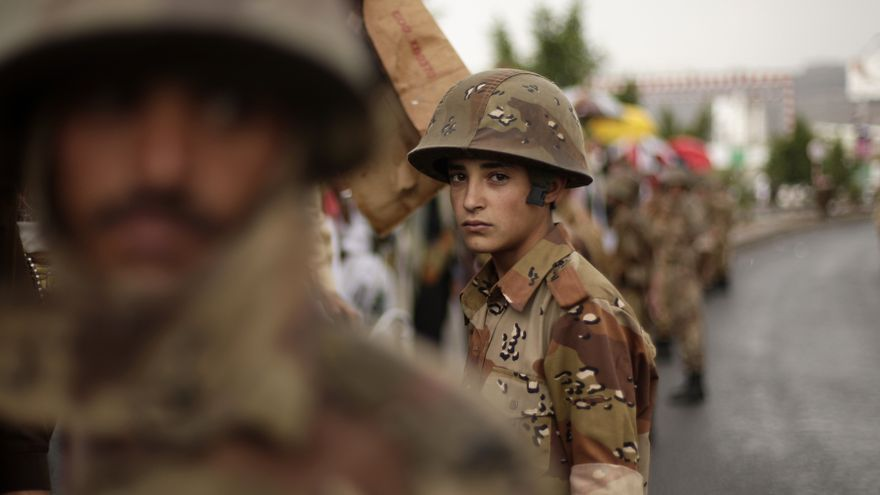 Un joven soldado yemení monta guardia durante la manifestación en Sana, Yemen © AP Photo/Hani Mohammed