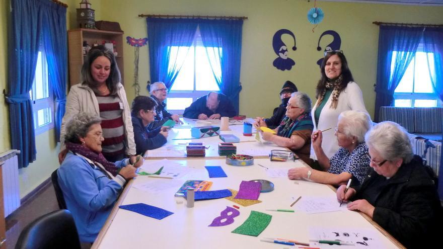 En la imagen, participante en uno de las talleres de estimulación cognitiva celebrados en Breña Alta.