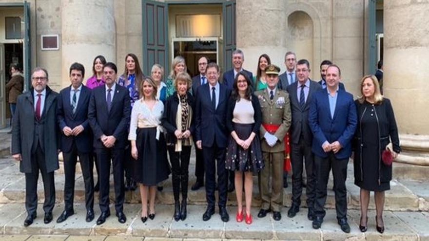 Ximo Puig con los miembros del Consell y otras autoridades, en Alicante, el día de la Constitución.