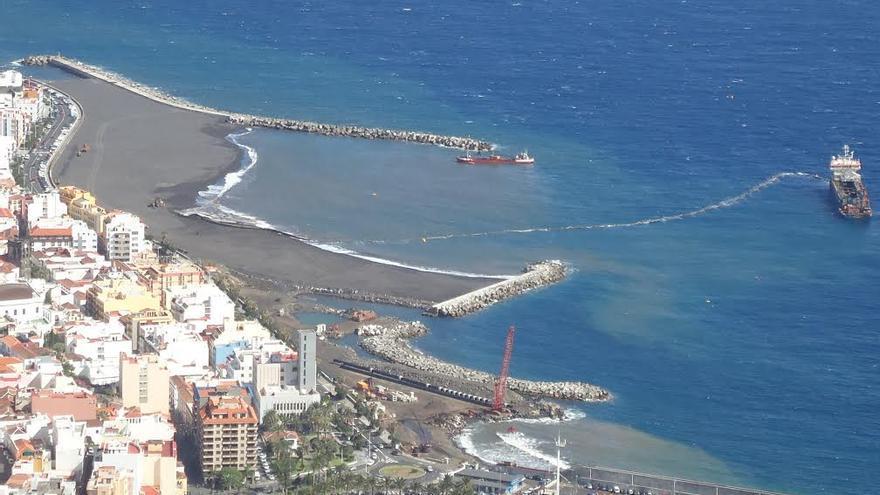Santa Cruz de La Palma ya tiene playa. En la imagen, tomada este martes, se observa la draga bombeando arena a través de la enorme manguera. Foto: LA PALMA AHORA