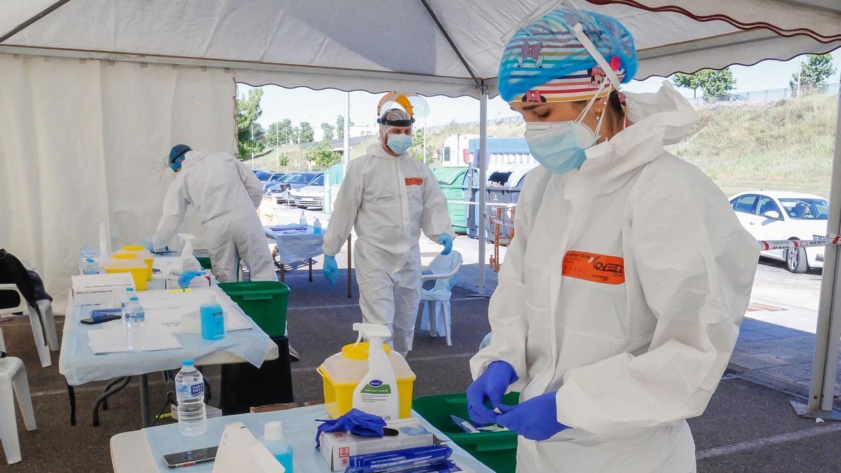 Sanitarios ultiman los preparativos para realizar un cribado para detectar casos de COVID-19
