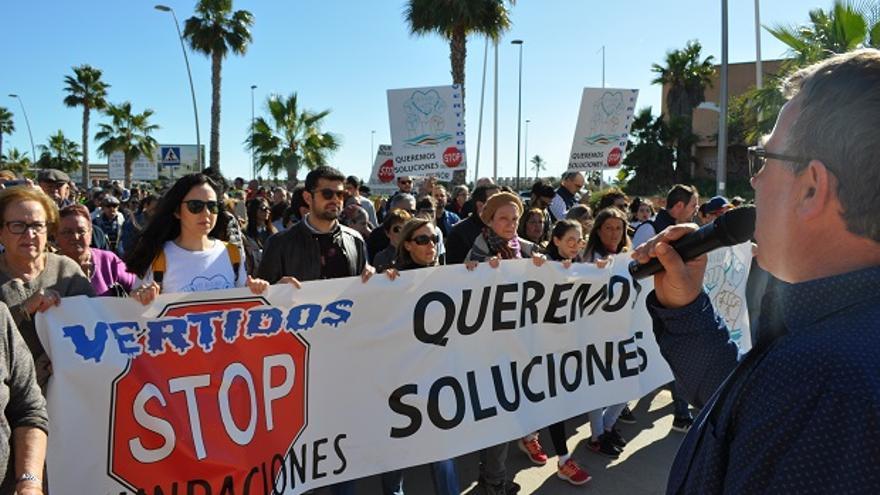 Cabeza de la manifestación contra las inundaciones en Los Alcázares, Cartagena (Murcia)