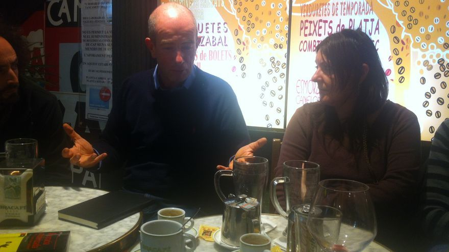 Simon Tormey en una trobada amb activistes al centre de Barcelona / João França