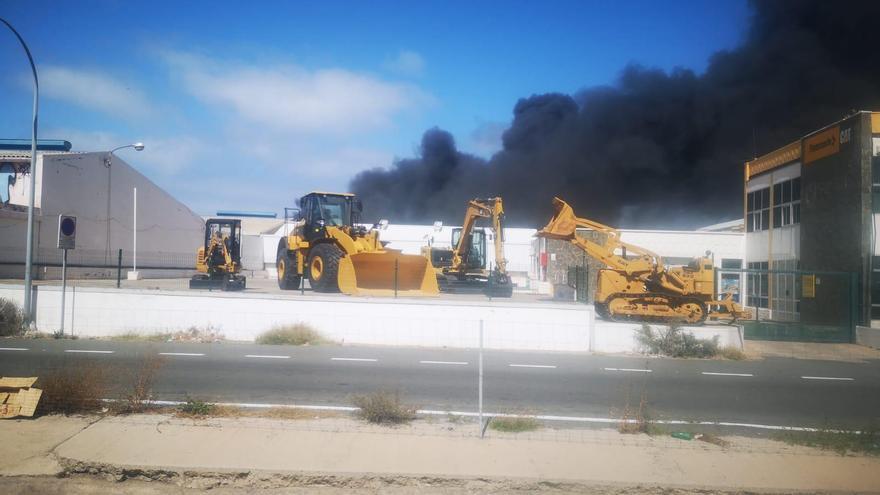 Un aparatoso incendio en una nave industrial en Telde provoca una enorme columna de humo junto a la autovía del sur