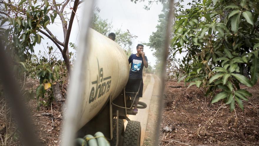 El 75% del municipio de Huizucar no tiene acceso al agua en sus hogares. El complejo de lujo El Encanto se encuentra a tan sólo 7 km de este municipio. Teóricamente, cada semana un camión cisterna de El Encanto trae dos barriles de agua potable a las familias de Huizucar. Sin embargo, cuando se tomó esta foto las familias no habían recibido agua en un mes y medio.