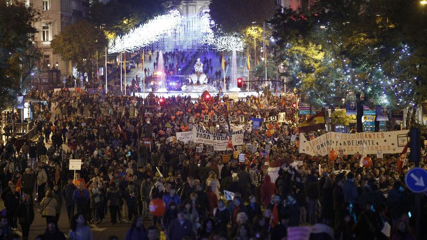 A pesar de que la concentración no fue tan multitudinaria como la del 22M, los manifestantes ocuparon con sus pancartas la plaza de Cibeles y buena parte de la calle Alcalá. \ Olmo Calvo