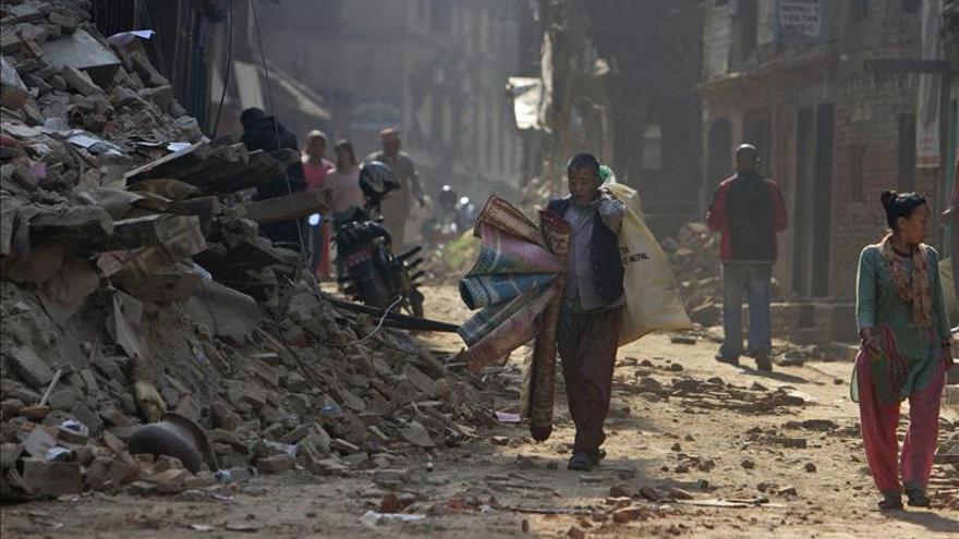 Un hombre carga con sus pertenencias durante los trabajos de reconstrucción en Bhaktapur (Nepal) hoy, lunes 25 de mayo de 2015. / Efe.