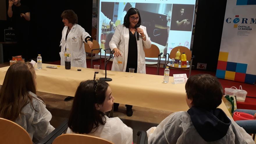 Un taller inclusivo ha querido invitar a las niñas (y niños) con discapacidad a explorar la profesión científica